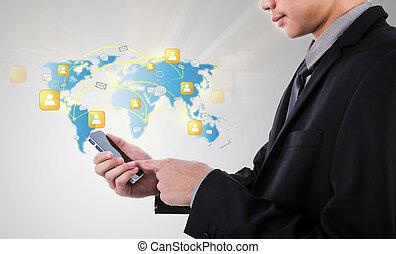 El hombre de negocios que sostiene la tecnología de la comunicación moderna móvil muestra la red social