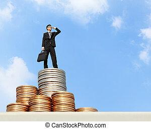 El hombre de negocios se basa en el dinero