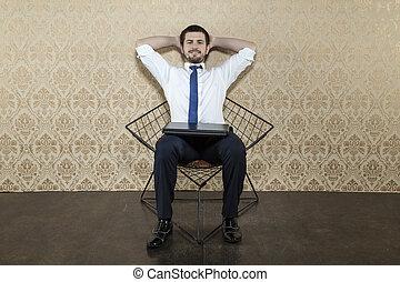 El hombre de negocios se relaja