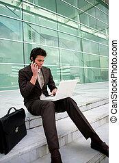 El hombre de negocios se sentaba a trabajar