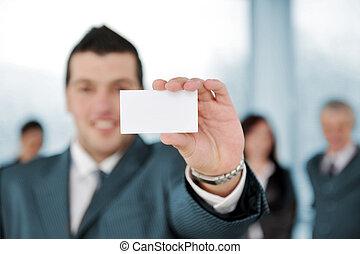 El hombre de negocios tiene una señal en blanco en la reunión de negocios