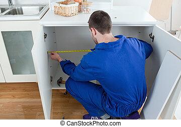 El hombre de reparación mide algo