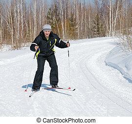 El hombre del esquí a través del país
