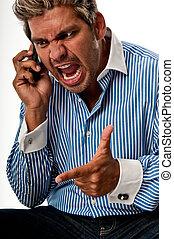 El hombre grita en un teléfono