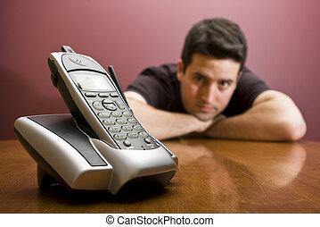 El hombre mira el teléfono. Esperando