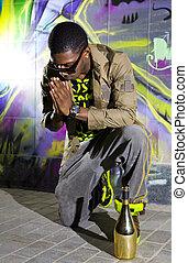 El hombre negro ofrece oraciones
