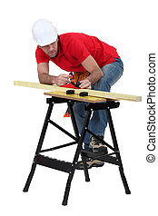 El hombre planea la madera