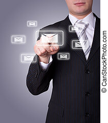 El hombre presiona el icono del correo electrónico