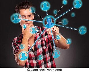 El hombre presiona un botón de la red social