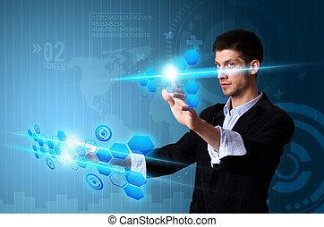 El hombre pulsando botones modernos de pantalla con un fondo de tecnología azul