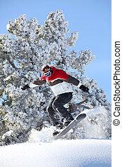 El hombre que actúa salta a snowboard