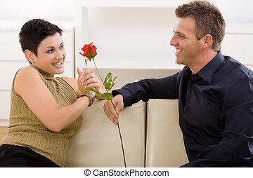El hombre que da rosas rojas