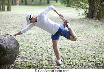 El hombre se estira antes de correr