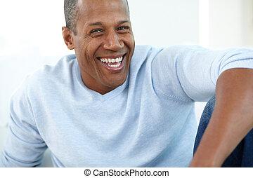 El hombre se ríe