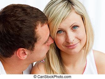 El hombre silbando algo a su novia
