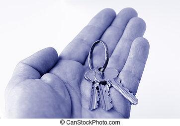 El hombre sostiene las llaves