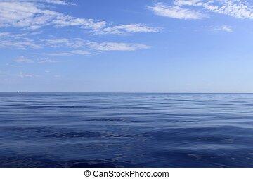 El horizonte marino azul es perfecto en calma