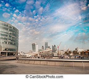 El horizonte moderno de Londres al atardecer