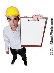 El ingeniero está sosteniendo un clip en blanco