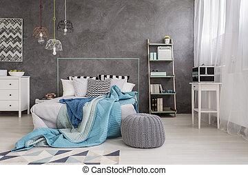 El interior cómodo de la habitación