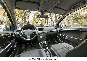 El interior de un auto lujoso. Dashboard, volante, palanca de cambios y asientos cómodos. Transporte, diseño, concepto de tecnología moderna.