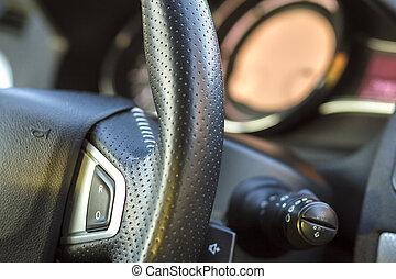 El interior de un auto lujoso. El tablero y el volante de color gris negro. Transporte, diseño, concepto de tecnología moderna. Valores múltiples.