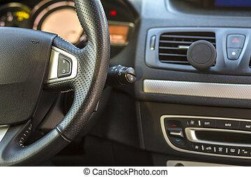 El interior de un auto lujoso. El tablero y el volante de color gris negro. Transporte, diseño, concepto de tecnología moderna.