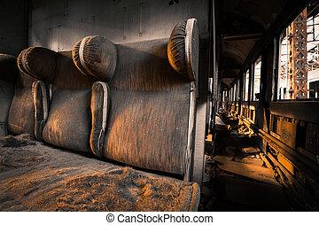 El interior de un vehículo desordenado