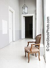 El interior del palacio lujoso con sillón en Malta