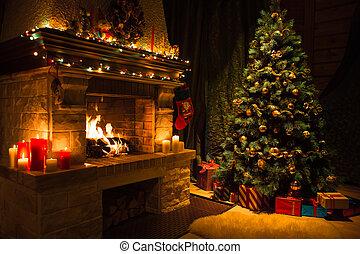 El interior del salón con chimenea decorada y árbol de Navidad