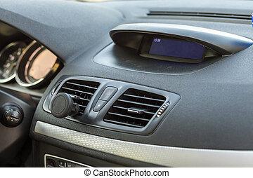 El interior moderno y caro. Un tablero en color negro. Transporte, diseño, concepto de tecnología moderna.