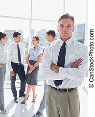 El jefe con los brazos cruzados en una oficina moderna