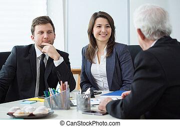 El jefe está hablando con sus empleados