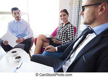 El jefe tiene una reunión con su equipo