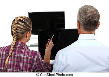 El jefe y la asistente femenina están discutiendo