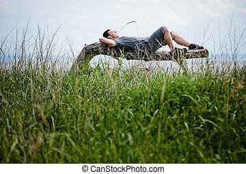 El joven adulto se relaja pacíficamente en la naturaleza