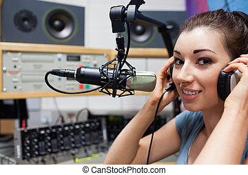 El joven anfitrión de la radio puso sus auriculares