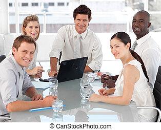 El joven equipo de negocios multicultre en el trabajo