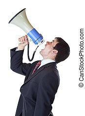 El joven hombre de negocios grita fuertemente en el megáfono encima
