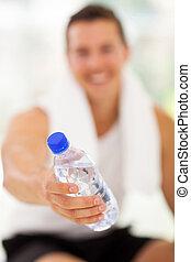 El joven le da una botella de agua