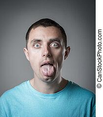 El joven muestra la lengua