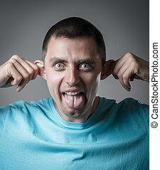 El joven muestra lengua