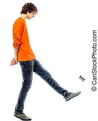 El joven que camina pateando lata puede ver de lado