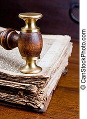 El juez dio en el libro