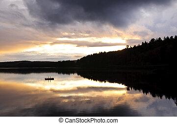 El lago Sunset sobre el bosque