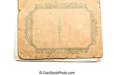 El libro antiguo aislado sobre fondo blanco