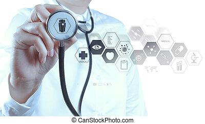 El médico trabaja con interfaz informática moderna