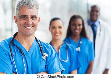 El médico y el equipo
