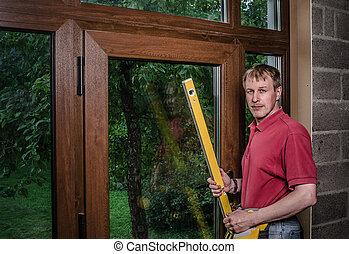 El maestro de la instalación de ventanas