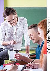 El maestro se divierte con los estudiantes